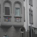 An diesem Konstanzer Haus sieht man rechts das Konstanzer Stadtwappen. Der rote Balken stammt aus der Konzilszeit und steht dafür, dass die Stadt das Recht zur Blutgerichtbarkeit bekommen hat.