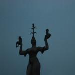Unsere Konstanzer Imperia stellt eine der vielen Hübschlerinnen, die zur Konzilszeit in Konstanz lebten, dar. In ihren Händen hält sie Papst und König. Die Statue verbildlicht, wer das Geschehen in Konstanz in der Hand hatte.